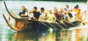 Hjortspringbåden sejles i autentisk tøj